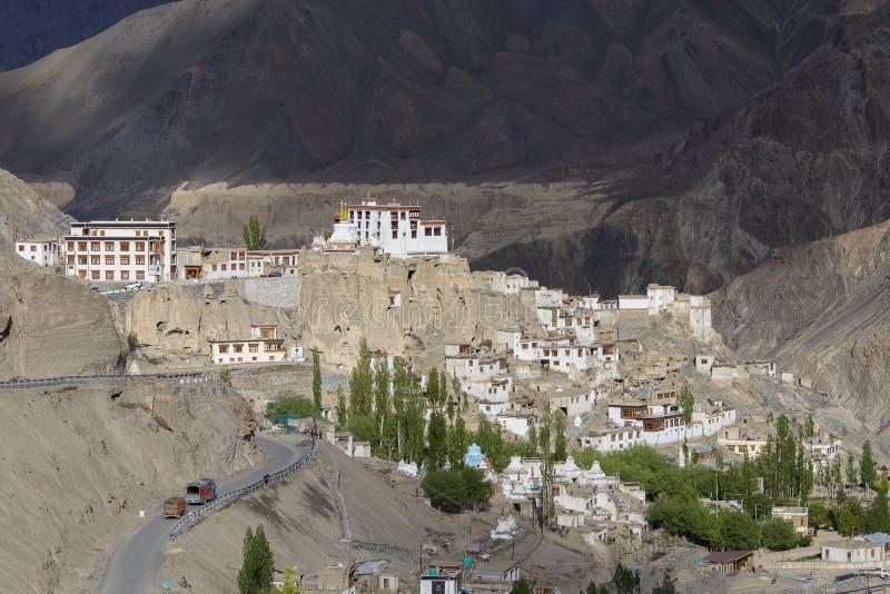 Lamayuru Gompa es un monasterio budista tibetano y una montaña grande Ladakh, la India imagen de archivo