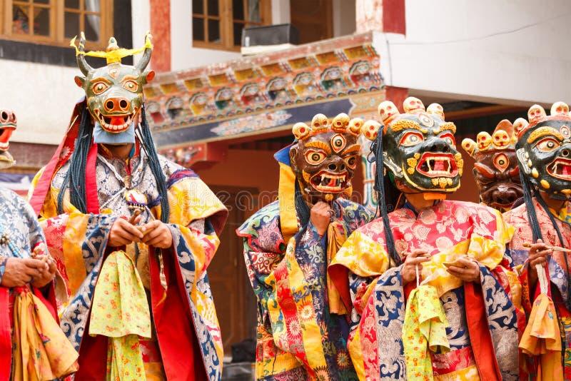 Lamayuru Munkar i maskeringar utför sakral chamdans för buddist royaltyfri foto