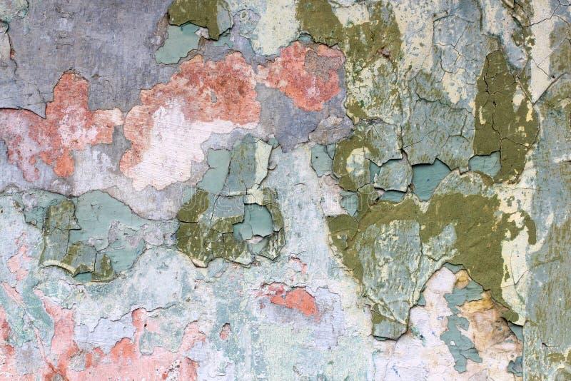 Lambeau d'une vieille peinture multicolore sur une surface d'un mur en pierre photo libre de droits