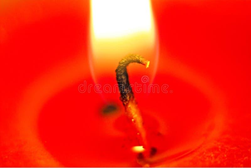 Lambent rayonnant luminescent lumineux skié rouge de cire d'abeille de mèche de brûlure de cire de lumière du feu de flamme de bo images libres de droits