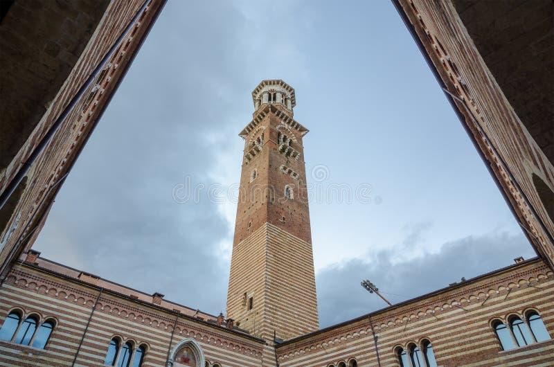 Lamberti torn på den Erbe fyrkanten i Verona, Veneto, Italien royaltyfri bild