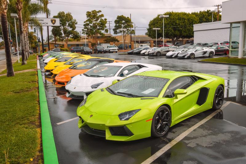Lamborghini汽车停放在工厂在加利福尼亚批准了经销权 库存图片