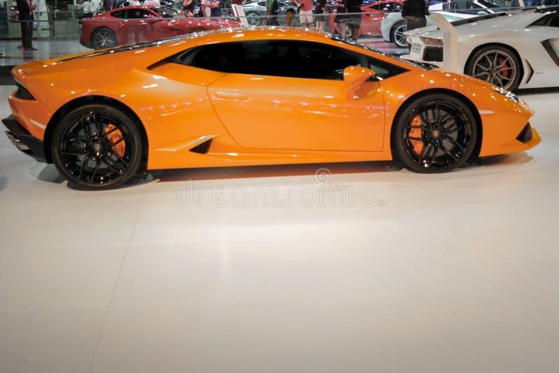Lamborghini anaranjado épico Huracan dentro del salón del automóvil de Dubai imágenes de archivo libres de regalías