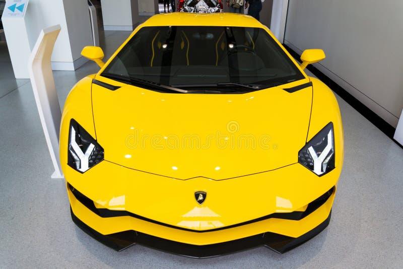 Lamborghini-Firmenlogo auf Coupé Lamborghinis Aventador S, das an die Volkswagen Gruppe Forum Antrieb steht lizenzfreies stockfoto