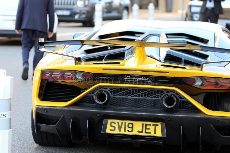 Lamborghini noir et jaune SVJ - fin vers le haut de vue arrière photo libre de droits