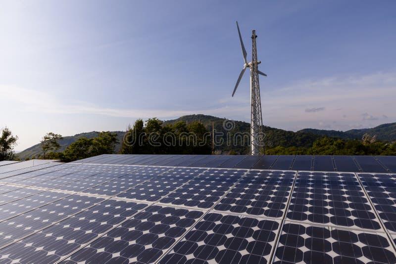lambrisse le vent solaire de turbines Énergie verte images stock