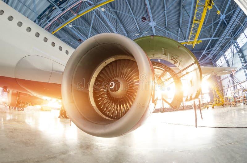Lame durante la manutenzione, l'aereo del motore a turbina nel capannone fotografia stock libera da diritti