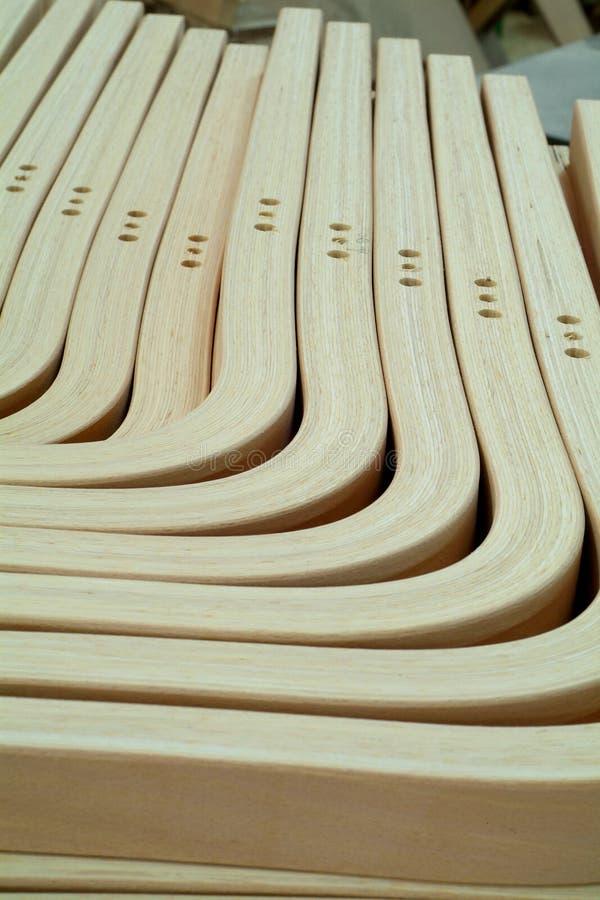 Lamellierte, hölzerne Teile für Möbelproduktion stockfotos
