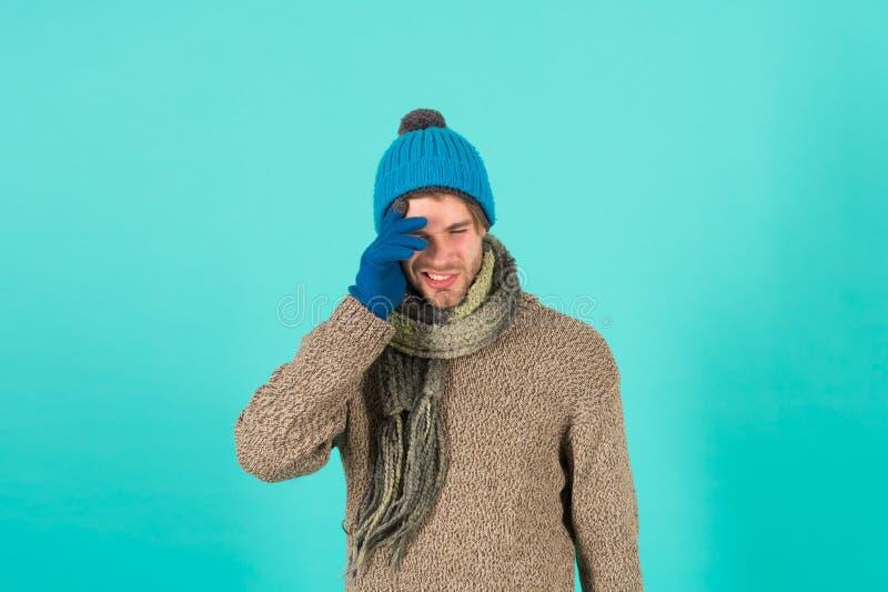 Lamento Hombre guapo y sin afeitarse lleva accesorios de invierno con fondo azul Venta de la temporada de invierno De punto Hipst fotografía de archivo