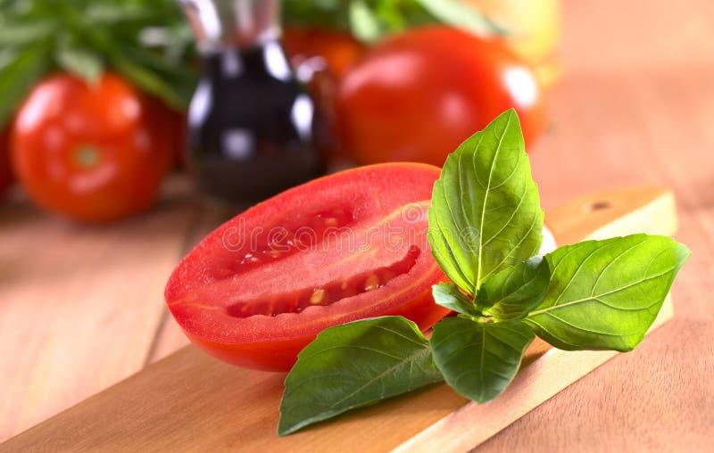 Lames de basilic avec la tomate photo libre de droits