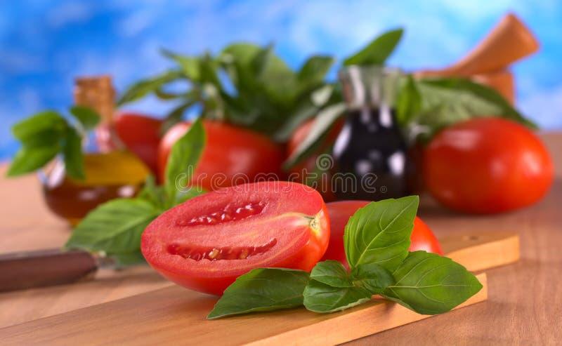 Lames de basilic avec la tomate photos stock