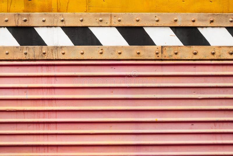 Lamina di metallo rossa sporca di Wave con struttura posteriore e bianca del fondo della banda immagine stock libera da diritti