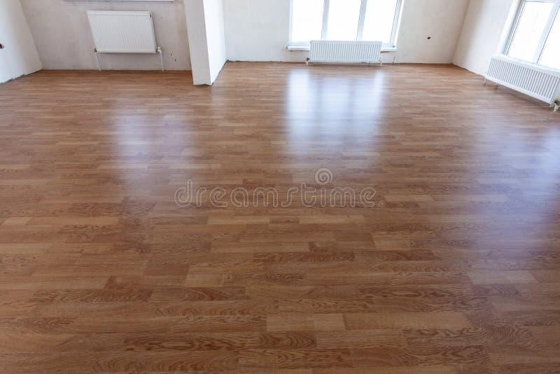 Laminatboden im Innenraum eines geräumigen Zimmers in einem neuen Gebäude stockfoto