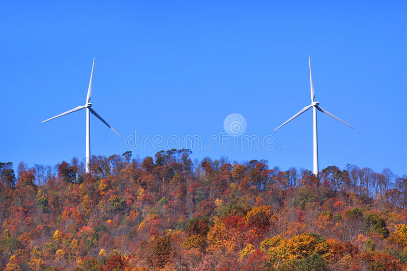 Laminatoi di vento sulla collina immagini stock libere da diritti