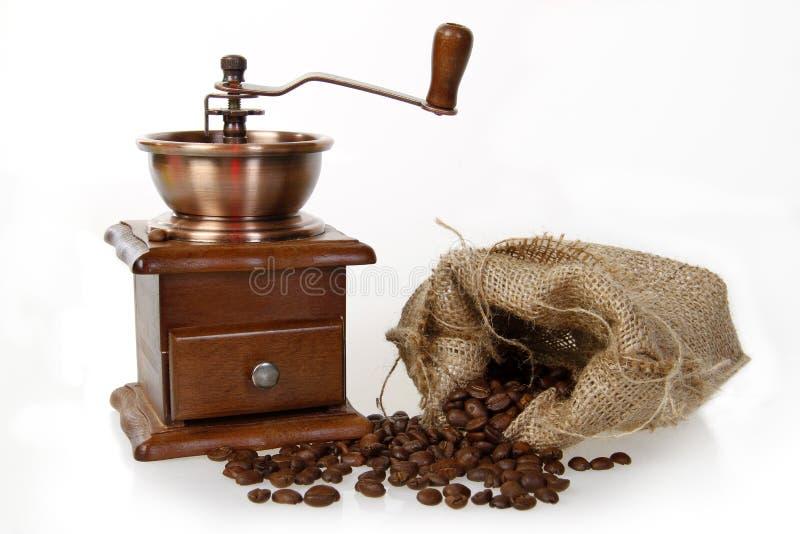 Laminatoio di caffè con il sacco della tela da imballaggio dei semi di cacao torrefatti immagini stock