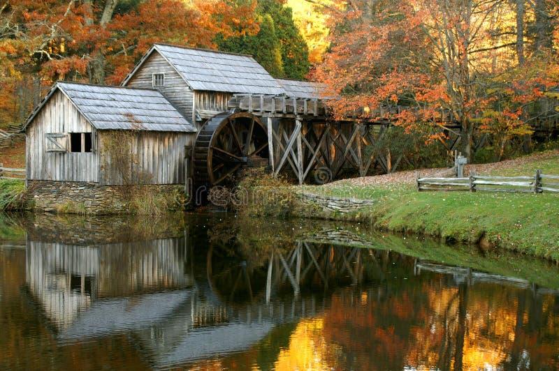 Laminatoio di Mabry, strada panoramica blu del Ridge, la Virginia in autunno fotografia stock libera da diritti
