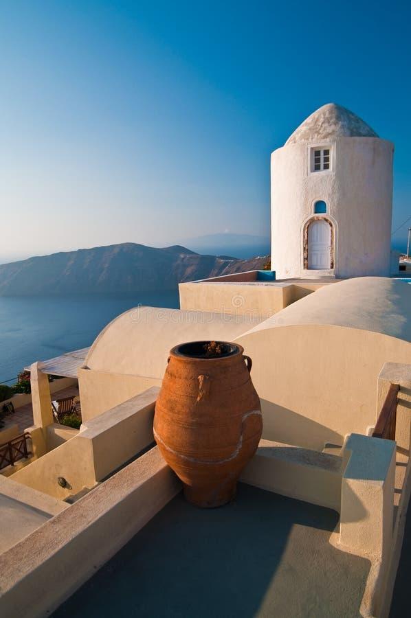 Laminatoio greco con di ceramica al sole fotografia stock libera da diritti