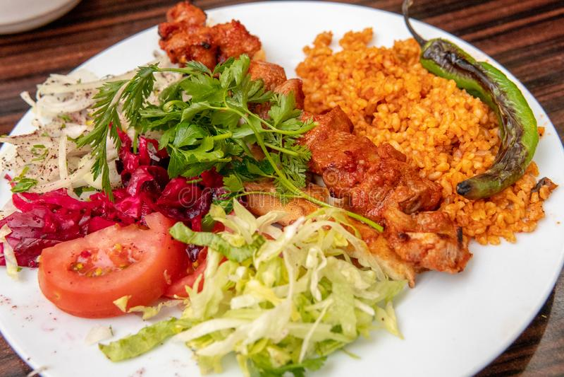 Lamm-Kebab mit Platte des Gemüses stockbilder