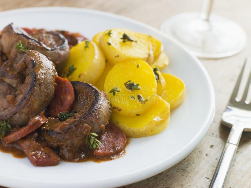 Lamm-Niere-Chorizo-Wurst und Sherry-Soße lizenzfreie stockbilder