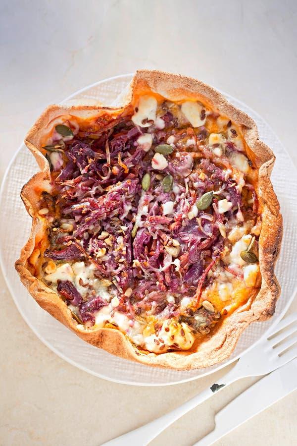 Lamm shawarma Verpackung, Süßkartoffelpüree, Feta und in Essig eingelegtes Gemüse lizenzfreie stockbilder