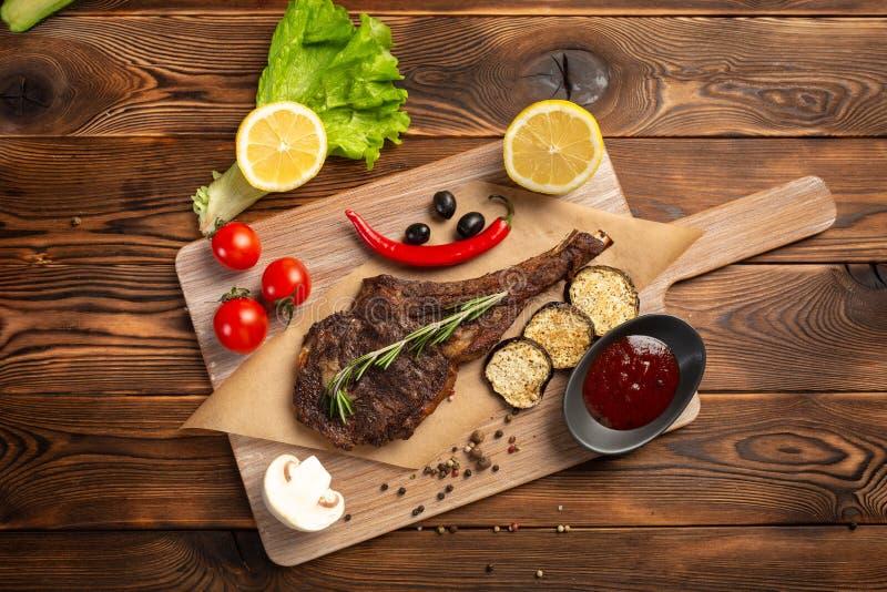 Lammbiff med gr?nsaker och tomats?s p? en tr?bakgrund royaltyfria bilder