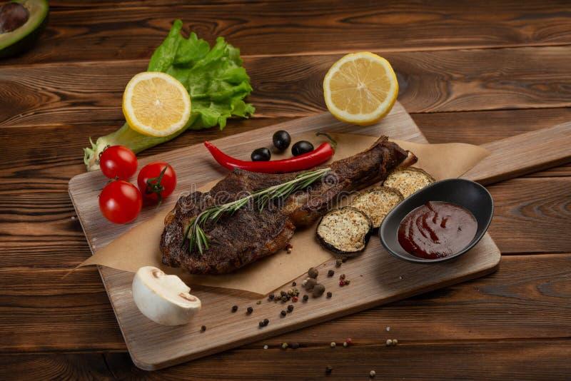 Lammbiff med gr?nsaker och tomats?s p? en tr?bakgrund fotografering för bildbyråer