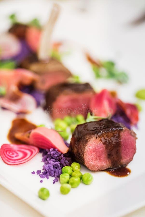 Lammkotletter med den ärtan purpurfärgade potatisar royaltyfria bilder