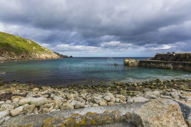 Lamorna小海湾被打碎的防堤 免版税库存照片