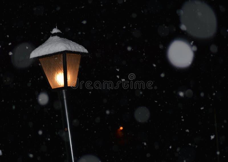 Lamp bij nacht in de Sneeuw stock fotografie