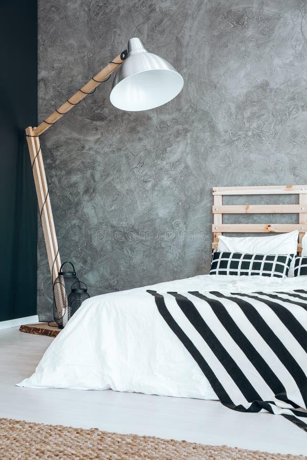 Lamp in donkere slaapkamer stock foto. Afbeelding bestaande uit ...
