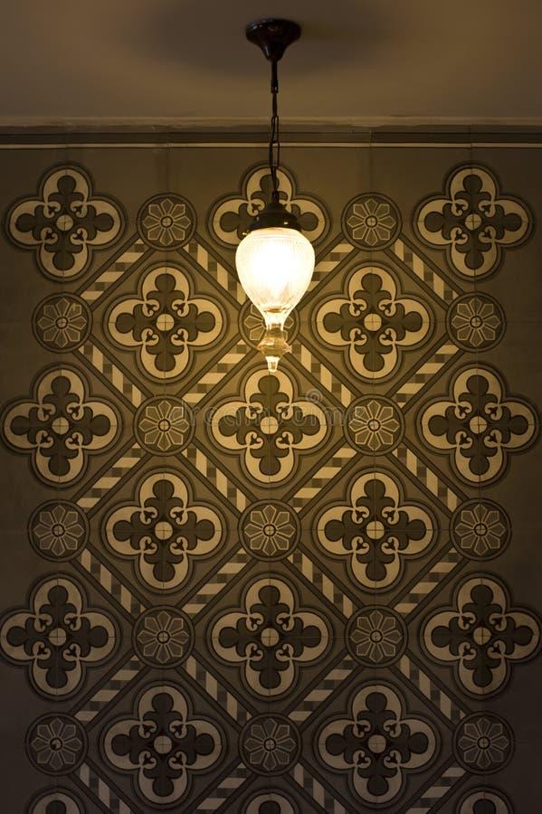 Lamp en uitstekende muur stock afbeelding