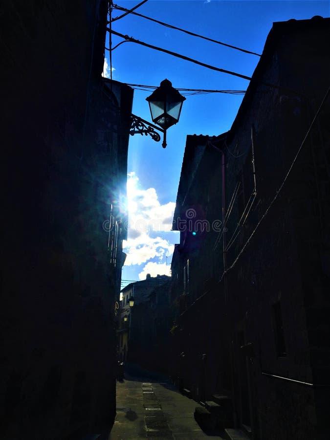 Lamp, licht, hemel en straat in Vitorchiano, Etruscan-stad dichtbij Rome, Italië royalty-vrije stock foto