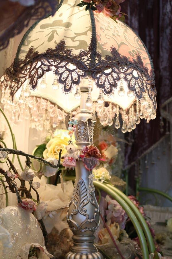 Lamp met schaduw van kant stock afbeelding