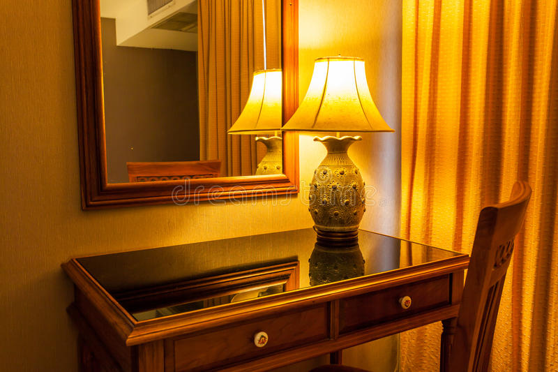 Lamp op de lijst en stoel in retro stijl stock foto's