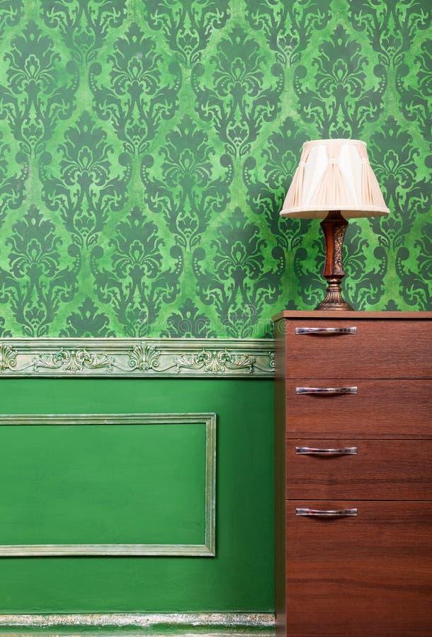 Lamp op meubilair in groen uitstekend binnenland stock foto's