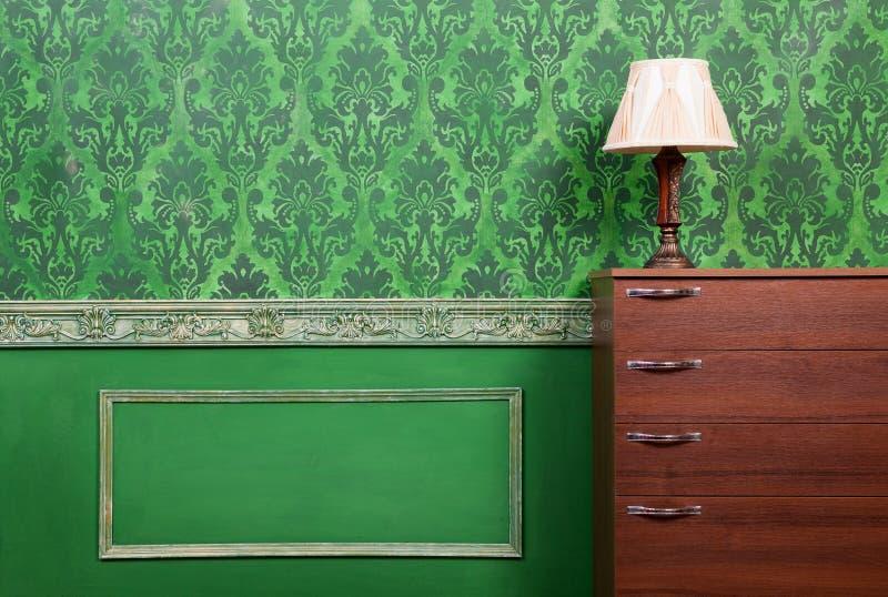 Lamp op meubilair in groen uitstekend binnenland stock afbeelding
