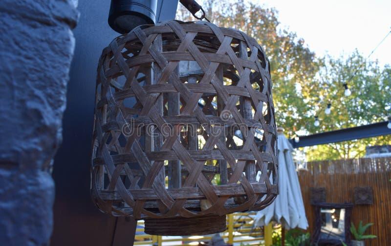 Lamp van bamboeweefsel dat wordt gemaakt royalty-vrije stock fotografie