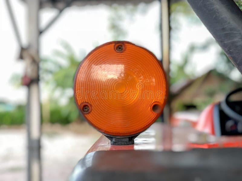 Lamp van een oude oranje tractor stock foto's
