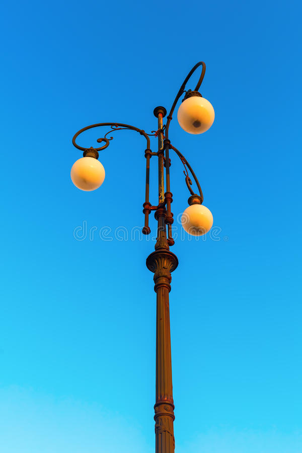 Lampa för antik gata i Livorno arkivfoton