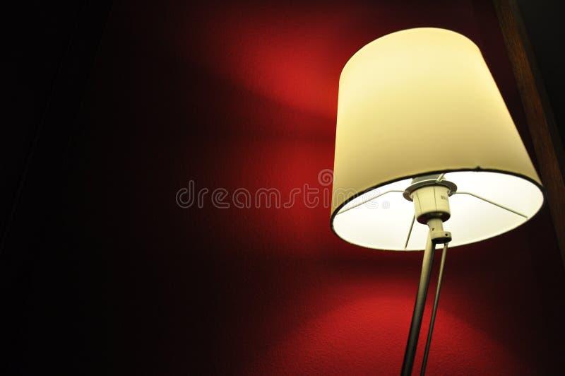Lampa i darken fotografering för bildbyråer