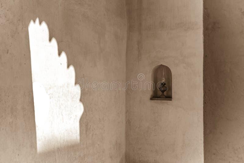 Lampa i ingång av det traditionella arabiska huset arkivbilder