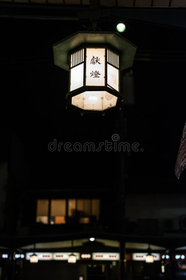 Lampa i mörker royaltyfria bilder