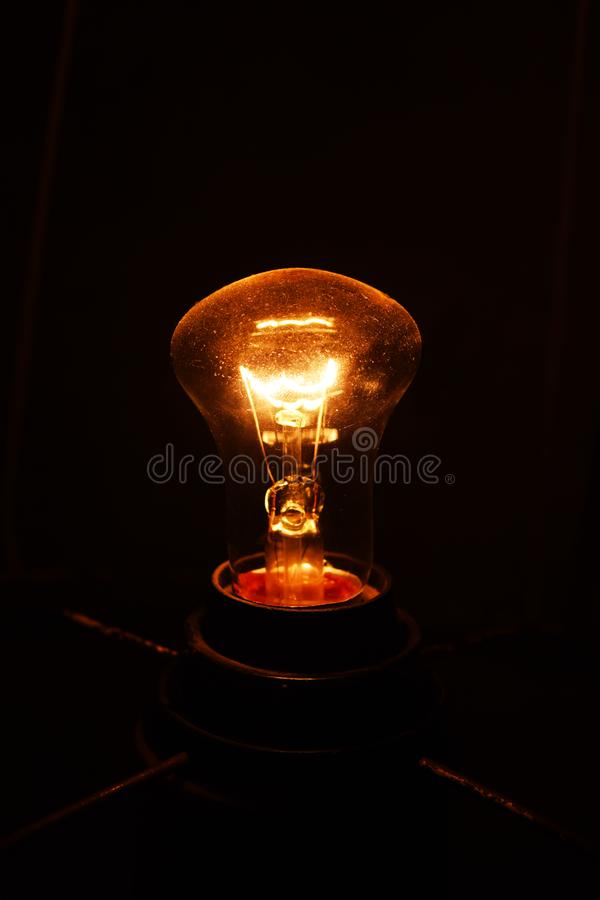 Lampa i mörkret royaltyfri fotografi
