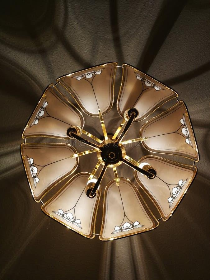 Lampa med guld- ljus andra fotografering för bildbyråer