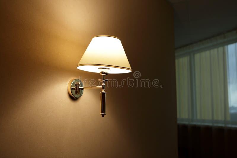 Lampa na ścianie w korytarzu zdjęcie stock