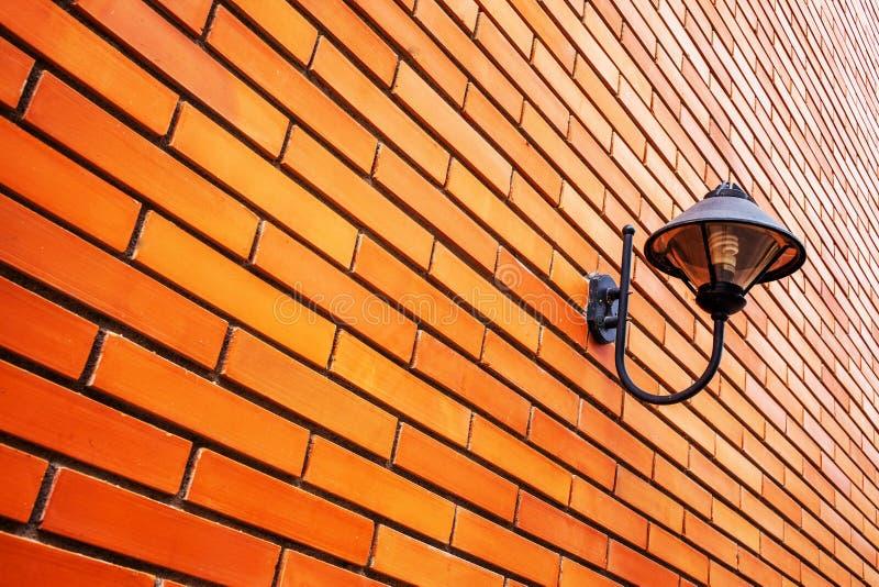 Lampa na pomarańczowym ściana z cegieł obrazy stock
