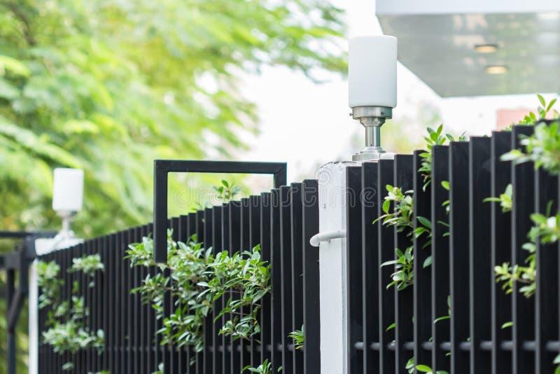 Lampa na ulistnienia ogrodzeniu dom zdjęcie stock