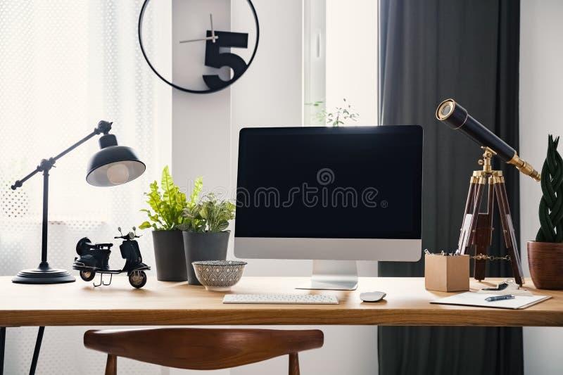 Lampa och skrivbords- dator på träskrivbordet i modern freelancer` s arkivfoton