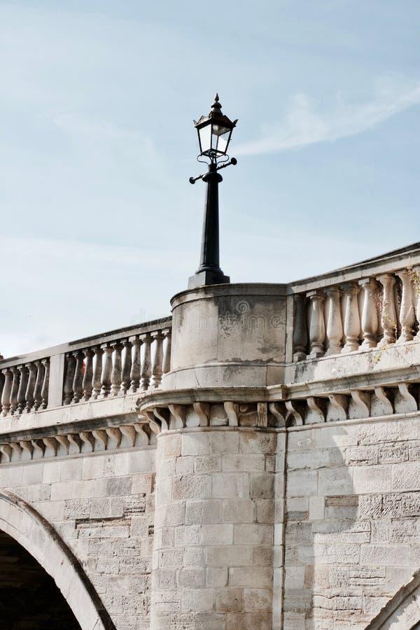 Lampa på bron royaltyfri fotografi