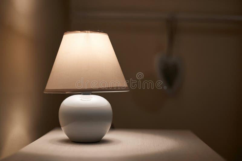 Lampa på en nightstand arkivfoton